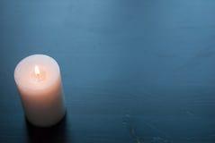 Vit stearinljus på en svart bakgrund, Arkivbilder