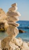 Vit sten som tillsammans staplas i det Grekland havet Royaltyfri Bild