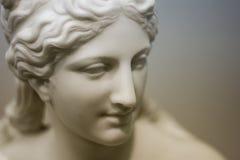 Vit stenar kvinnan i museum royaltyfri bild