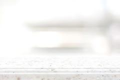 Vit stencountertop på suddighetshyllabakgrund royaltyfri bild