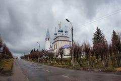 Vit stenkyrka på Palekh, Vladimir region, Ryssland Arkivfoton