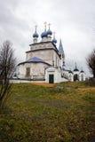 Vit stenkyrka på Palekh, Vladimir region, Ryssland Arkivbild