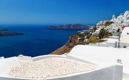 Vit stentextur på taket med sikter av calderaen och havet från den Fira staden i Santorini - Grekland Royaltyfri Bild