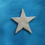 Vit stjärna på blå bakgrund Royaltyfria Foton
