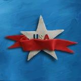 Vit stjärna på blå bakgrund med det röda bandet Fotografering för Bildbyråer