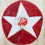 Vit stjärna på röda cirkelgrafitti Royaltyfria Foton