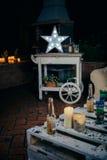 Vit stjärnalampa med ljusa kulor över trävagnen Arkivbild