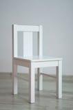 Vit stol i ett tomt rum Arkivbilder
