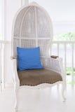 Vit stol med blåttkudden Arkivfoto