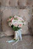 Vit stol med blommabouqet royaltyfria bilder