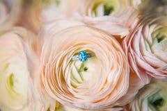Vit stol med blommabouqetcloseupen royaltyfria foton