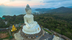 Vit stor Buddha på bergstoppet av den Phuket ön Thailand arkivfoton