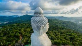 Vit stor Phuket's för flygfotografering stor Buddha i blå himmel Arkivbilder