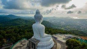 Vit stor Phuket's för flygfotografering stor Buddha i blå himmel Arkivfoton