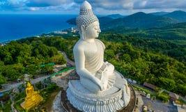 Vit stor Phuket's för flygfotografering stor Buddha i blå himmel Royaltyfri Fotografi