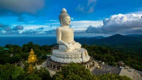 Vit stor Phuket's för flygfotografering stor Buddha i blå himmel Royaltyfri Foto