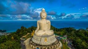 Vit stor Phuket's för flygfotografering stor Buddha i blå himmel Arkivfoto
