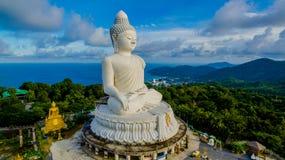 Vit stor Phuket's för flygfotografering stor Buddha i blå himmel Arkivbild