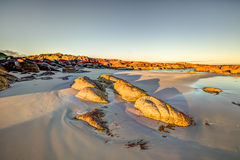 Vit strand i fjärd av bränder Arkivfoton