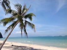 Vit strand i söderna av Thailand Royaltyfria Foton