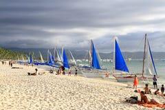 Vit strand med segelbåtar - Boracay Royaltyfria Foton