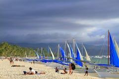 Vit strand med segelbåtar - Boracay Arkivfoto