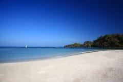 Vit strand på havskusten av den Tatutao ön, Andaman hav, Thailan Royaltyfri Foto
