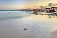 Vit strand på solnedgången Royaltyfri Bild