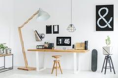 Vit studio med träskrivbordet Arkivbild