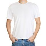 Vit t-shirt på ung en isolerad manmall Arkivbild