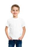 Vit T-tröja på en gullig pojke Arkivfoto