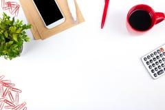 Vit tabell för kontorsskrivbord med datoren, penna och en kopp kaffe, lott av saker Bästa sikt med kopieringsutrymme Royaltyfri Bild
