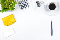 Vit tabell för kontorsskrivbord med datoren, penna och en kopp kaffe, lott av saker Bästa sikt med kopieringsutrymme Arkivfoton