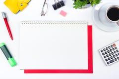 Vit tabell för kontorsskrivbord med datoren, penna och en kopp kaffe, lott av saker Bästa sikt med kopieringsutrymme Arkivbild