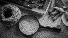Vit tabell för kontorsskrivbord med den gamla skrivmaskinen, rep, snäckskal och förstoringsglaset Bästa sikt med kopieringsutrymm Royaltyfria Bilder