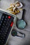 Vit tabell för kontorsskrivbord med den gamla skrivmaskinen, rep, snäckskal och förstoringsglaset Bästa sikt med kopieringsutrymm Fotografering för Bildbyråer