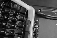 Vit tabell för kontorsskrivbord med den gamla skrivmaskinen, rep, snäckskal och förstoringsglaset Bästa sikt med kopieringsutrymm Royaltyfri Bild