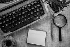 Vit tabell för kontorsskrivbord med den gamla skrivmaskinen, rep, snäckskal och förstoringsglaset Bästa sikt med kopieringsutrymm Arkivfoton