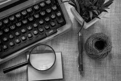 Vit tabell för kontorsskrivbord med den gamla skrivmaskinen, rep, snäckskal och förstoringsglaset Bästa sikt med kopieringsutrymm Arkivbild
