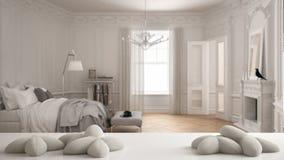 Vit tabell, skrivbord eller hylla med fem mjuka vitkuddar i formen av stjärnor eller blommor, över suddigt klassiskt sovrum, vitb stock illustrationer