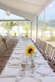 Vit tabellinställning med solrosor, händelsepartiet och bröllop Fotografering för Bildbyråer