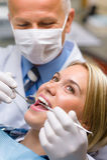 Vit tandkvinnatålmodig på tandläkaren Fotografering för Bildbyråer