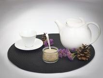 Vit te eller kaffekruka och kopp Royaltyfri Bild