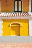 Vit tegelstenram med den gula väggen och europeisk stil för fönster Royaltyfri Fotografi