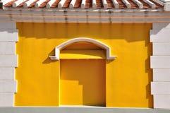 Vit tegelstenram med europeisk stil för gul vägg Arkivfoton