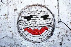 Vit tegelstenvägg med leende arkivbilder