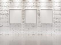VIT TEGELSTENVÄGG med ramar för målningar Arkivbild