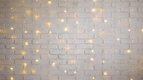 Vit tegelstenvägg med skinande ljus