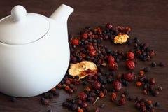 Vit tekruka och sötsak torkade frukter och bär på trätabellen för mörk brunt Naturlig lantlig frukost Royaltyfri Bild