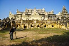 Vit tempel i Mandalay, Myanmar Arkivbilder